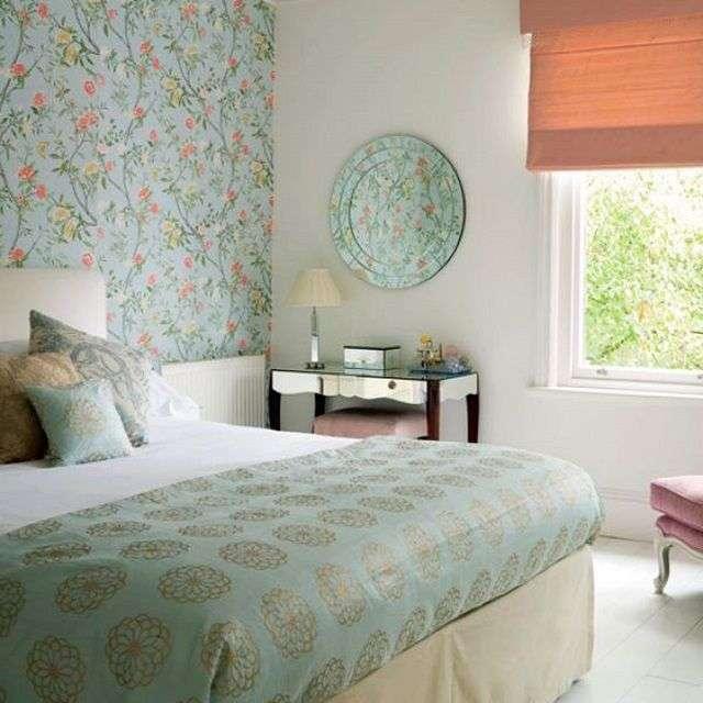 Інтерєр спальні з шпалерами двох видів